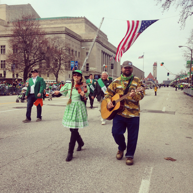 casey and minna, st. patricks parade st. louis 2015, fiddle and guitar, strolling musicians